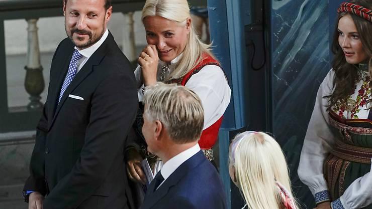 Haakon (l), Kronprinz von Norwegen, und Mette-Marit (M), Kronprinzessin von Norwegen, nehmen an der Konfirmation ihres 14-jährigen Sohns teil. Daneben steht ihre Tochter Ingrid Alexandra (r), Prinzessin von Norwegen. Der Gottesdienst wird live im Fernsehen übertragen. Foto: Stian Lysberg Solum/NTB-Scanpix/dpa