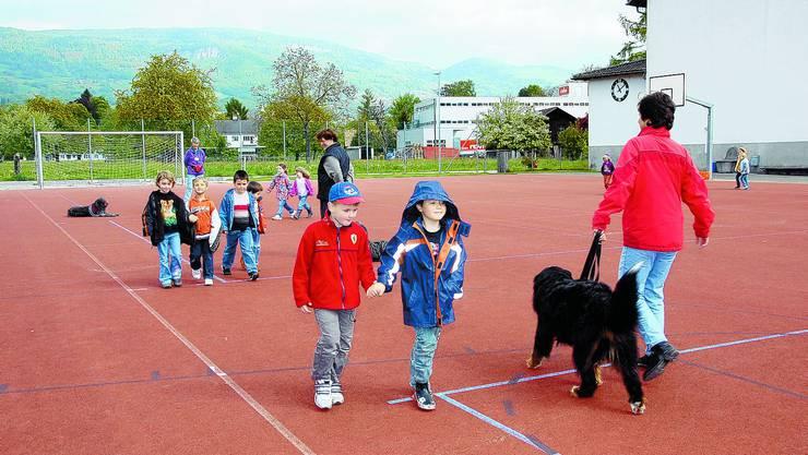 Ängste abbauen: Was tun, wenn man einem Hund begegnet? Antworten auf diese und weitere Fragen erhalten die Kinder im Kurs «Kind und Hund». (Bild: leu)