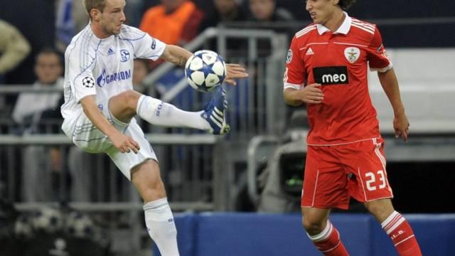 Schalkes Ivan Rakitic bei der Ballannahme