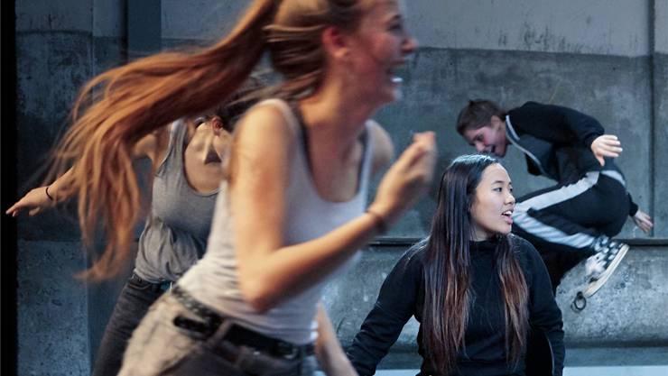Sechs Schauspielerinnen des Jungen Theaters Basel erzählen den Männern im Publikum, mit welchen Gedanken sie sich täglich rumschlagen.