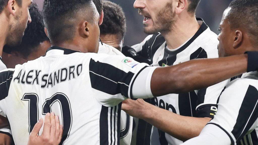 Die Juventus-Spieler freuen sich über das 1:0 von Sami Khedira