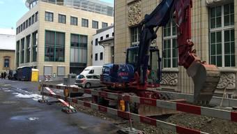 Gestern Montag begann die Sanierung der Strasse zwischen der NAB und dem AZ Medienhaus. Im Hof (hinten) wird der «Einstein-Platz» entstehen.uhg
