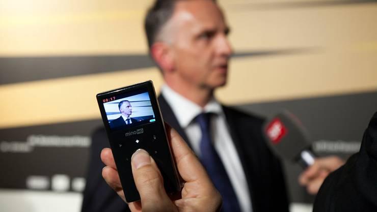 Umringter Bundesrat Didier Burkhalter