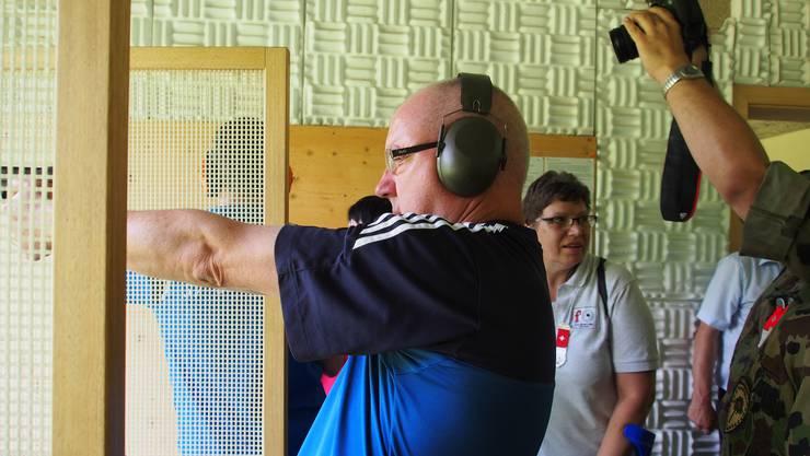 Sicherheitsdirektor Isaac Reber in Lausen beim Schiessen mit der Pistole auf 25 Meter. Gefreut hat er sich, dass die Baselbieter erfolgreicher waren als die Städter.