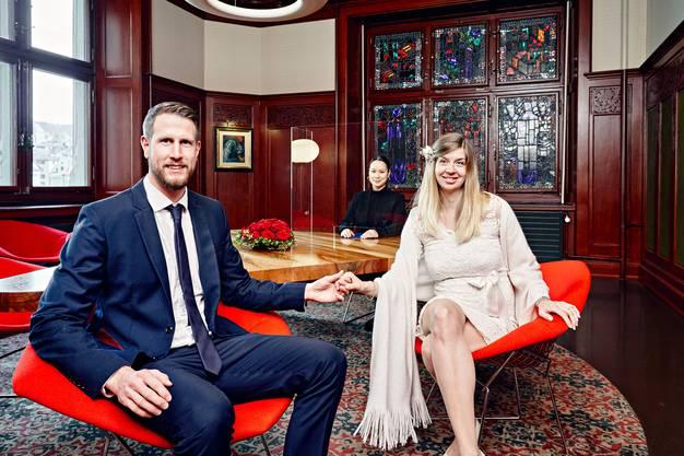 Ihre Hochzeit, die eigentlich am 19. März in Thun hätte stattfinden sollen, wurde vom dortigen Standesamt abgeblasen. Sie lassen sich im Stadthaus von der Zivilstandesbeamtin Karin Süss hinter der Glasscheibe trauen.