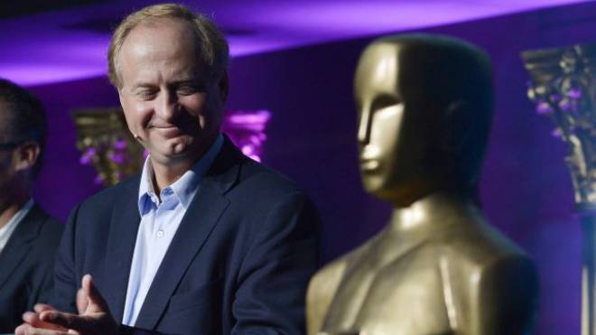 Glamourös, aber illegal: UPC-Cablecom-Chef Eric Tveter mit dem Oscar am Mittwoch in Zürich. Foto: Keystone