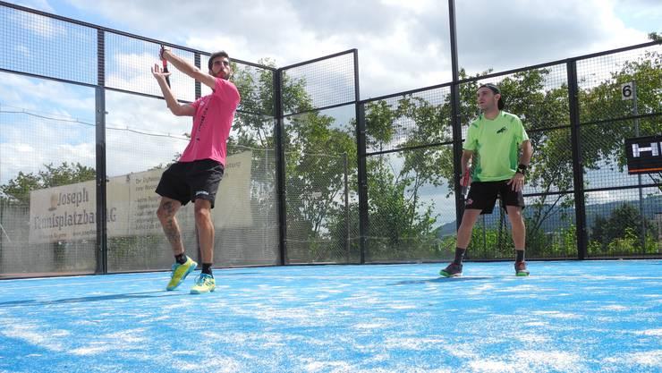 Jorge Del Pozo Salgado (links) spielt einen angriffigen Slice, während sein Partner Jorge De La Fuente gebannt zuschaut.