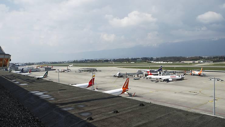 Ende 2015 entzogen die Genfer Behörden rund 30 Personen die Zugangsberechtigung zum Rollfeld des Flughafens. Einige wurden verdächtigt, sich radikalisiert zu haben. Sicherheitsleute sollen nun in Kursen geschult werden, Radikalisierungstendenzen zu erkennen. (Archivbild)