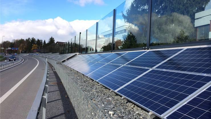 Die sanierte, erhöhte und ergänzte Lärmschutzwand entlang der Forchautostrasse bei Zumikon: Die Solarpanels als «Win-win-Situation». Bilder: Tiefbauamt Kanton Zürich