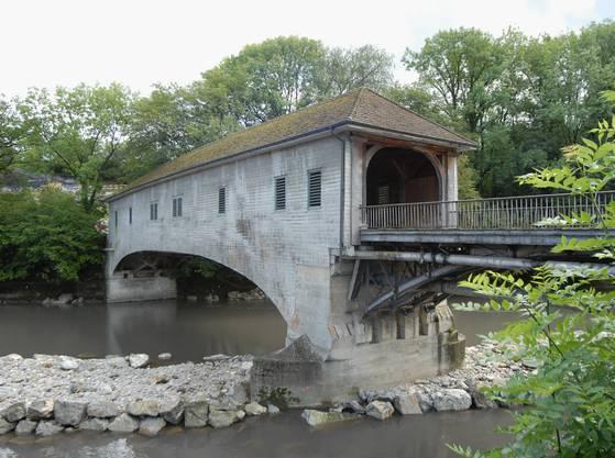 Die Holzbrücke von der Wettinger Klosterhalbinsel nach Neuenhof.