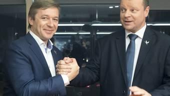 Der Parteichef Ramunas Karbauskis (links) und sein Spitzenkandidat Salius Skvernelis nach dem Wahlsieg ihrer Partei der Bauern und Grünen in Litauen.