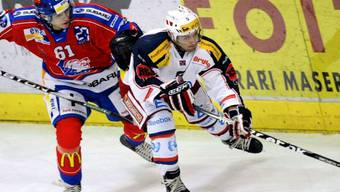 ZSC-Spieler Alexei Krutow (l.) gegen Ambris Giacomo Casserini
