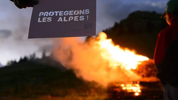 """Unter dem Motto """"Schützen wir die Alpen"""" brennen jedes Jahr im August Höhenfeuer im Alpenraum. Die Alpeninitiative protestiert dieses Jahr mit einem Mahnfeuer am Simplon gegen Gefahrguttransporte. (Archivbild)"""