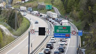 Die Autofahrer in Richtung Süden müssen vor dem Gotthard-Nordportal wegen des Staus mit einer Stunde Wartezeit rechnen. (Archivbild)