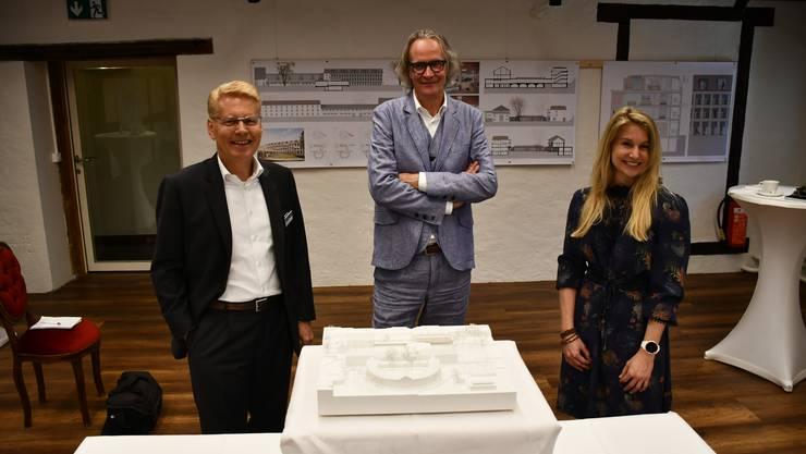 Stellten das Siegerprojekt vor (v. l.): Daniel Bieri, Vorsitzender der Geschäftsleitung; Norbert Walker, Architekt; Jacqueline Wyss, Mitglied Verwaltungsrat Bad Schinznach AG.