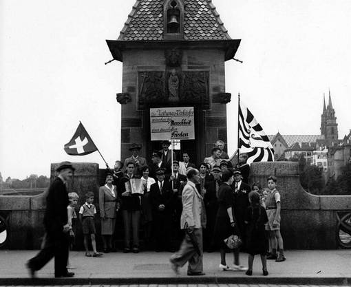 Friedensdemo der Basler Zeitungsverkäufer (plus Kinder) auf der Mittleren Brücke am Samstag, 18. August 1945.
