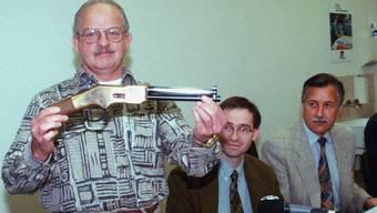 Max Jaeggi präsentiert die Tatwaffe, eine abgesägte Winchester.