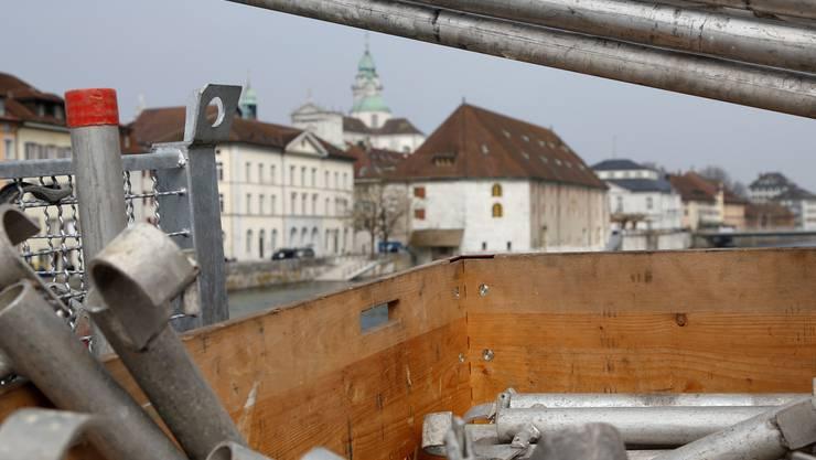 Die Brücke wird für die Sanierungsarbeiten eingerüstet