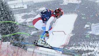 Beat Feuz springt über die Hausbergkante. Nach der Landung stürzten gestern einige Athleten schwer.