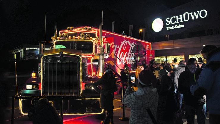 Der Coca-Cola-Truck war hell beleuchtet, das Schüwo-Areal glich einem Adventsmarkt.