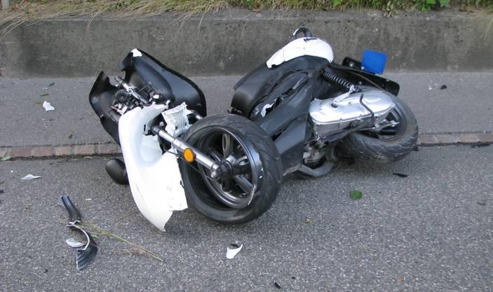Die 17-jährige Rollerfahrerin dagegen erleidet schwere Beinverletzungen bei der frontalen Kollision.