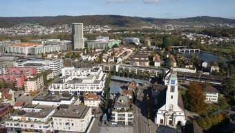 Blick auf das Zentrum von Dietikon. Die Stadt initiierte zum ersten mal seit 14 Jahren eine Steuerfusssenkung. (Archiv)