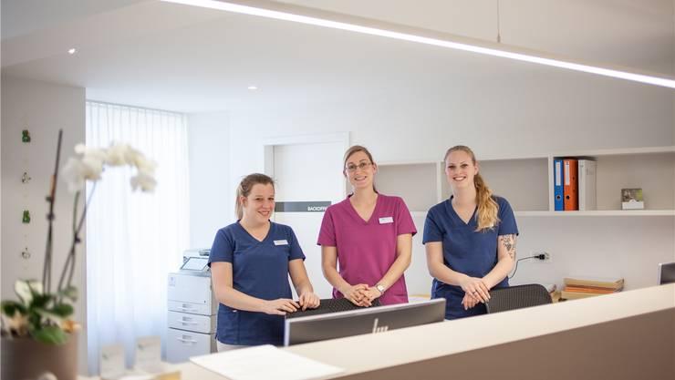 Alena Küng (26), Praxisleiterin Daniela Flückiger (32) und Chantal Habermacher (22, v.l.) an ihrem neuen Arbeitsort.