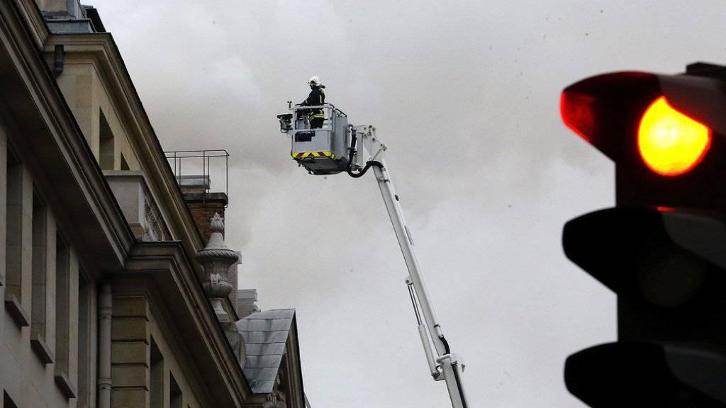 Ein Feuerwehrmann bekämpft den Brand im Hotel Ritz in Paris.