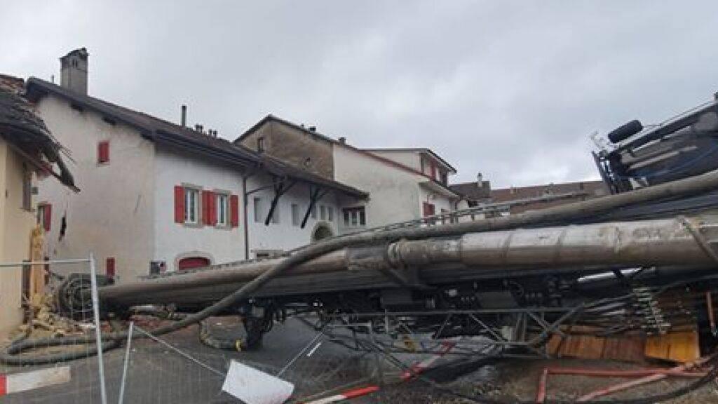 Eine Pfahlbohrmaschine ist in Denges VD umgestürzt. Es wurde niemand verletzt. Aber es entstand Schaden an zwei Häusern und einer Strasse.