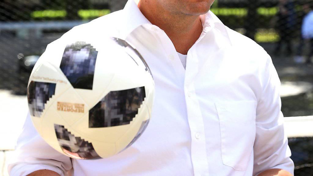 Mit einem eigenen WM-Ball kritisiert die Organisation Reporter ohne Grenzen die fehlende Pressefreiheit in Russland