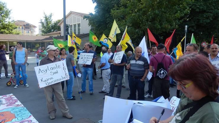 Gegen 100 Sympathisanten versammelten sich auf dem Areal der Gewerbeschule.