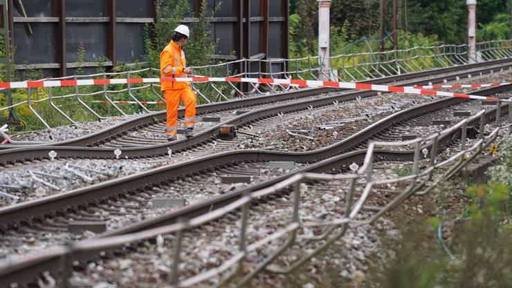 Hier fährt wohl bis 26. August kein Zug mehr. Bis zu einem halben Meter ist das Gleis bei Rastatt abgesackt.