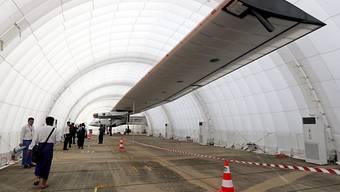 """""""Solar Impulse 2"""" in einem Hangar in Myanmar (Archiv). Die Spannweite des Fliegers beträgt 72 Meter."""