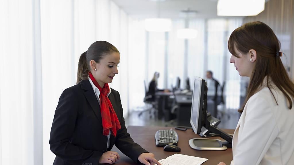 Über 80 Prozent der Banken rechnen damit, dass sich ihre operativen Geschäfte im Zeitraum von mehr als drei Jahren positiv entwickeln. Im Bild: Bankschalter einer Schweizer Raiffeisenfiliale. (Symbolbild)