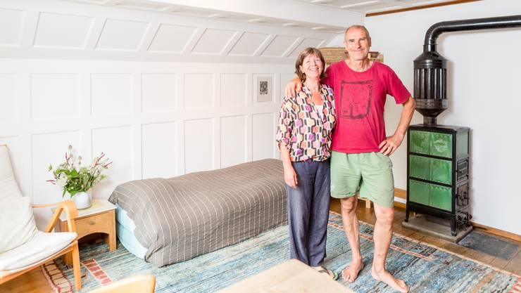 Maddy Hoppenbrouwers und ihr Partner Alec Gagneux zeigen, wo sie die Gäste in Schinznach-Bad beherbergen.