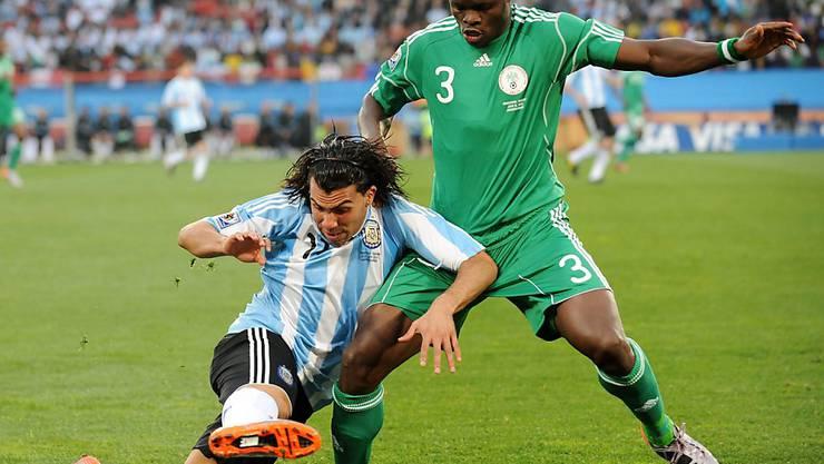 Taye Taiwo (rechts) 2010 in Südafrika während eines WM-Gruppenspiels von Nigeria gegen Argentinien