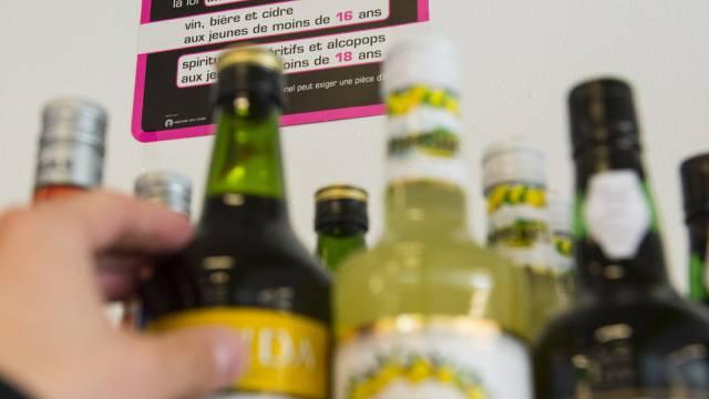 Schweizer - vor allem Männer - greifen gerne zu beim Alkohol