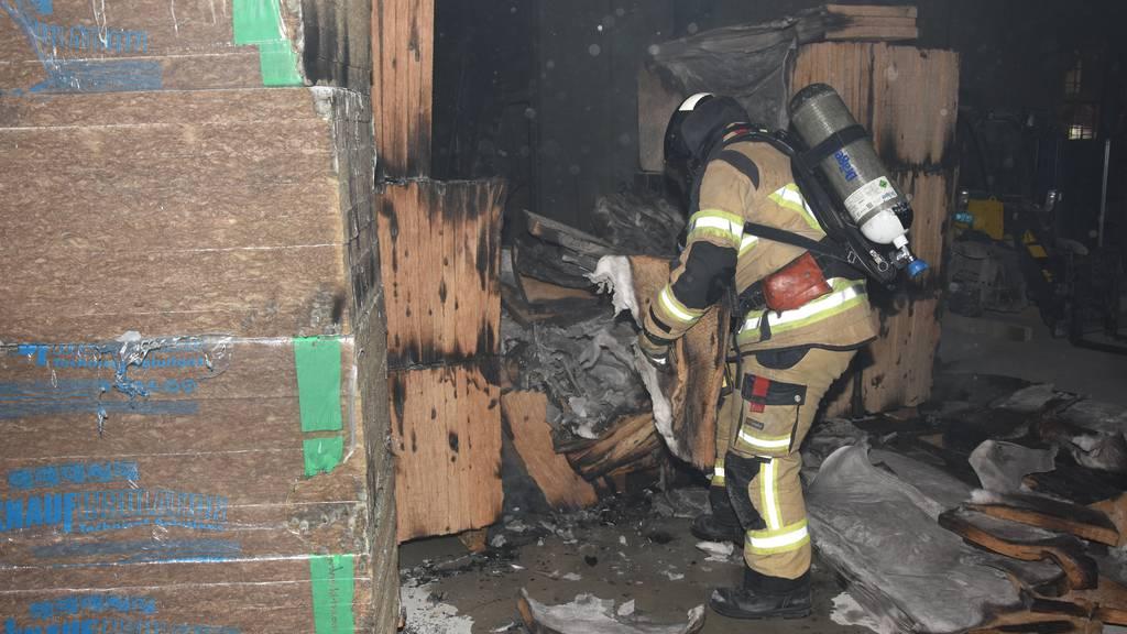 Mögliche Brandstiftung: Paletten mit Isolationsmaterial in Flammen