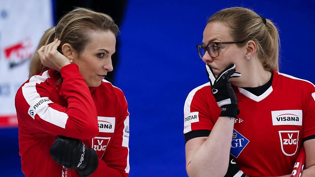 Alina Pätz (rechts) und Silvana Tirinzoni hatten im Halbfinal gegen die Amerikanerinnen einiges zu besprechen.
