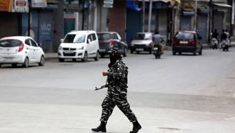 Zehntausende Soldaten schränken die Bewegungsfreiheit der Menschen in Kaschmir. Auch Internet- und Telefonverbindungen sind seit Wochen stark zensuriert. (Archivbild einer Strasse in Srinagar)