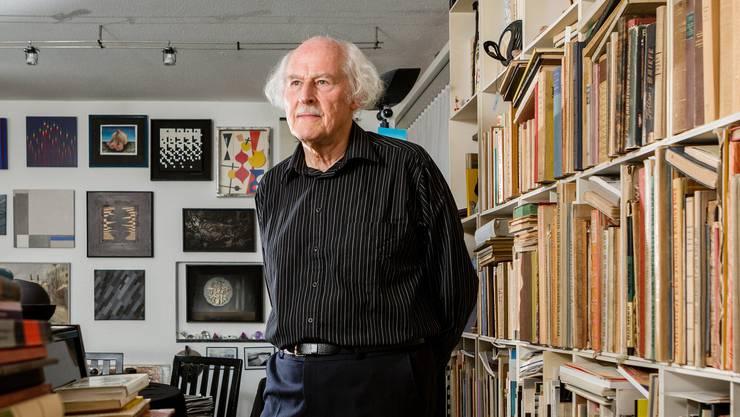 Walter Labhart zwischen Büchern, Noten Klavier und Kunst am 12. September 2019 . (Sandra Ardizzone)