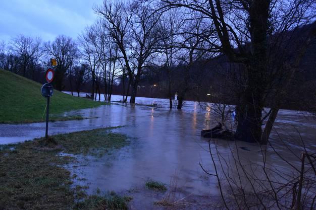 Bei der Einmündung Wigger in Aarburg setzten Aare und Regen den Uferweg unter Wasser. Die Feuerwehr Aarburg sperrte das Gebiet ab. Bis zur Holzbrücke fehlten dem Wasser nur noch Zentimeter.
