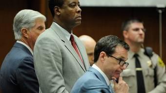 Conrad Murray (Mitte) mit seinen Anwälten vor Gericht