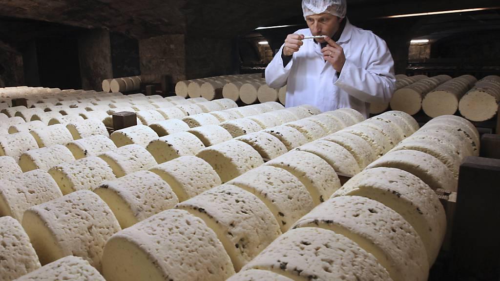 Soll für den Export in die USA nach dem Willen von US-Präsident Donald Trump besteuert werden: französischer Roquefort-Käse. (Archivbild)