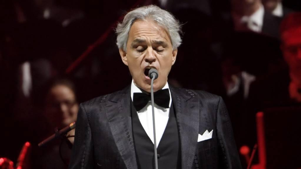 Der italienische Opernsänger Andrea Bocelli tritt während eines Konzerts auf der Bühne auf. Bocelli hatte eine Infektion mit dem Coronavirus. Er sei im März positiv getestet worden, habe aber kaum Symptome gehabt, sagte der 61-Jährige laut Nachrichtenagentur Ansa am Dienstag in Pisa. Foto: Markku Ulander/Lehtikuva/dpa/Archiv