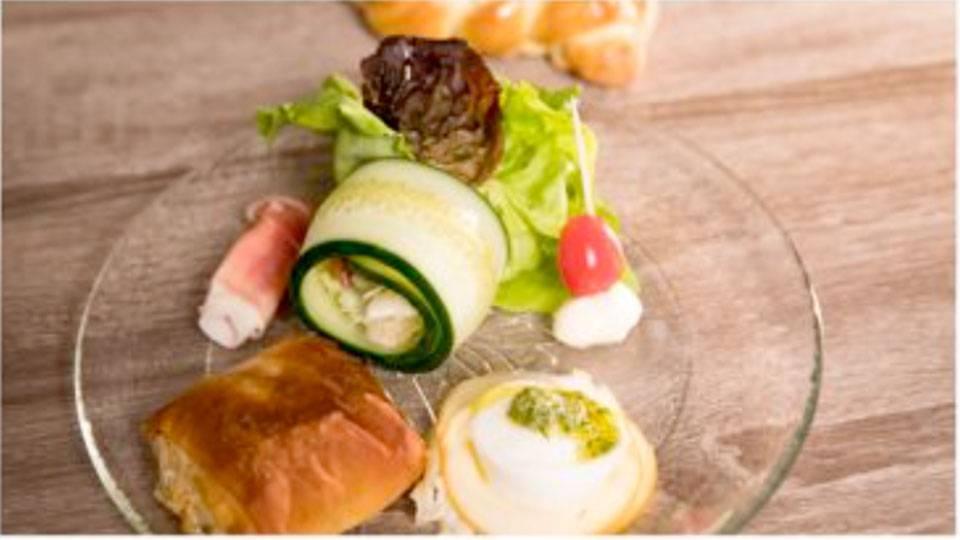 Blattsalat mit Mozzarella und Rohschinkenröllchen