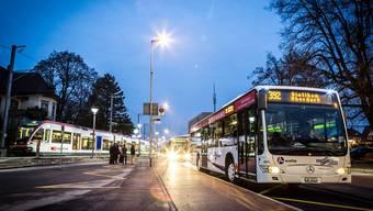 Vor einer Woche fuhren die ersten Busse der Linien 389, 392 und 393 beim Bahnhof Lenzburg an der Kante auf der Seite der Seetalbahnbahn ab.