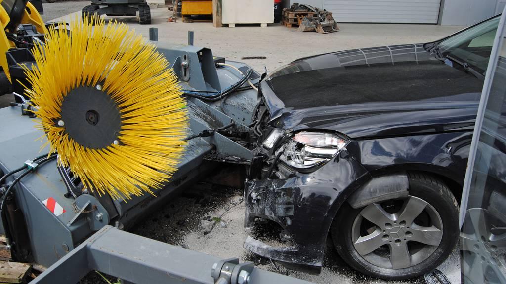Dekobaum und Traktorschaufel gerammt: Autofahrer baut in Rain mehrere Unfälle