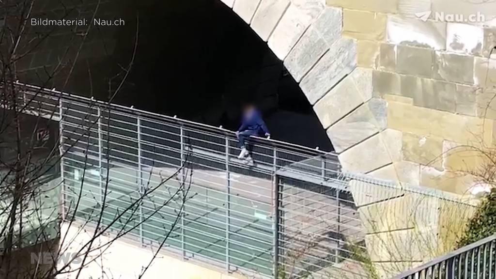 Gefährliche Aktion: Mann versucht in Bären-Gehege zu klettern