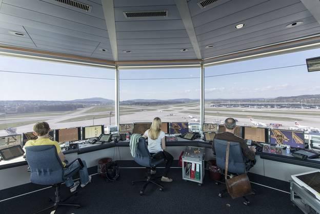 Der Arbeitsplatz von Stefan Lischka im Tower des Flughafen Zürich.